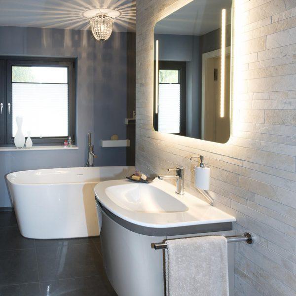 Badezimmer mit freistehender Badewanne und Waschbecken