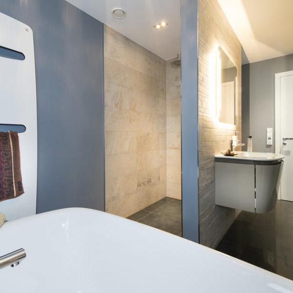 Waschbecken mit abgetrennter Dusche