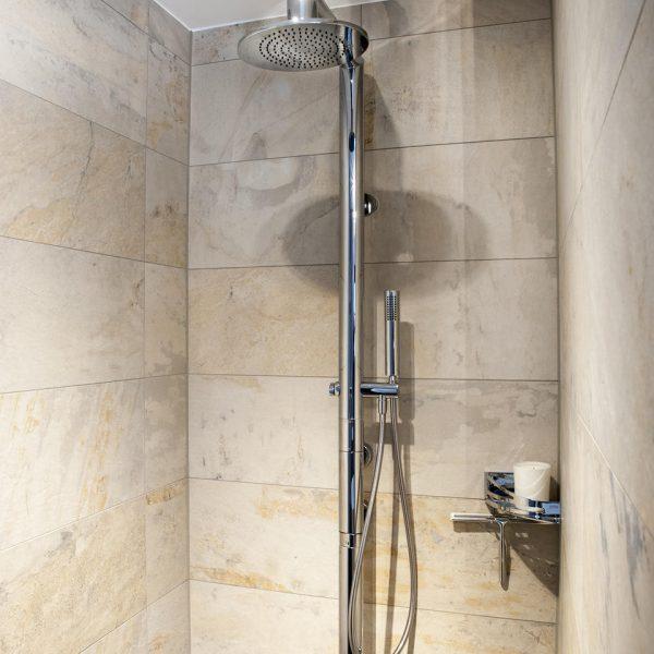 Dusche in Naturstein