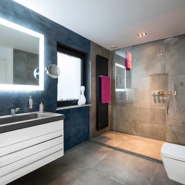 Badezimmer mit Waschbecken, Dusche und Sauna