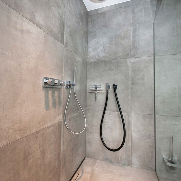Großzügige Dusche