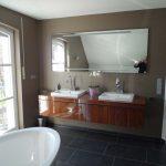 Nachher – Badezimmer mit Doppelwaschbecken und freistehender Badewanne