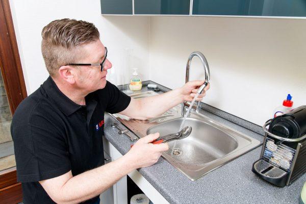 Klempner repariert Wasserhahn