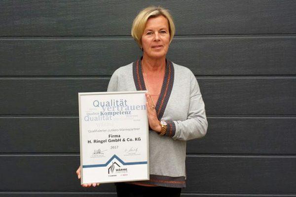 Anke Ringel mit dem Zertifikat als Junkers Wärmepartner 2017